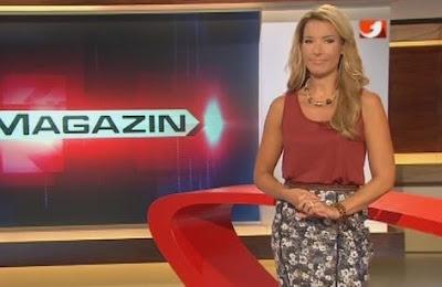 posisi tangan presenter tv