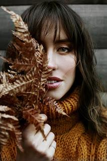 Femme portant des feuilles sèches