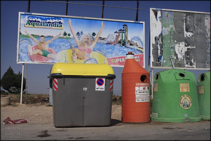 fotografia,contenedores,aqualandia,cartel,limites,serie,arriba,extraña,crisis