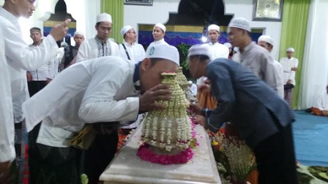 Diperbolehkan Mencium Makam Orang Shaleh