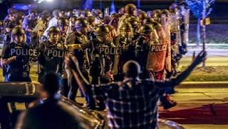 Las protestas, similares a las que tuvieron lugar hace dos años en Ferguson (Misuri), han puesto de manifiesto las divisiones raciales de Milwaukee que, con un 40% de población afroamericana, está considerada como la ciudad más segregada del país. Desde los niveles de educación hasta la pobreza, pasando por la separación entre ciudadanos blancos y afroamericanos, estos son los datos que han dejado a Milwaukee anclada en una segregación superada por otras ciudades desde hace décadas.