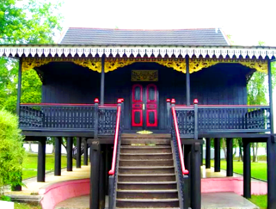 Rumah Adat Jambi dinamakan Rumah Pangung dengan model Kajang Lako. Merupakan rumah tinggal yang terbagi dalam 8 ruangan: Ruang Jogan, Serambi Depan, Serambi Dalam, Kamar Amben Melintang, Serambi Belakang, Ruang Laren dan Ruang Tengganai.