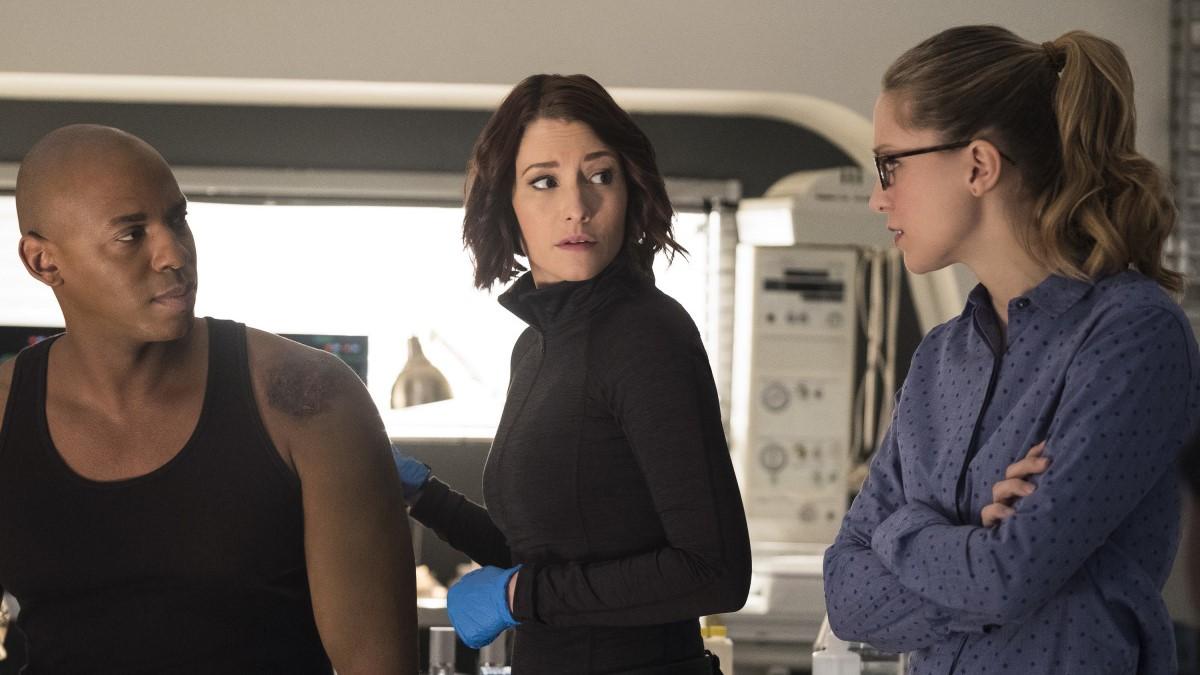 James y Alex llevando la contraria a Kara por defender a Lena Luthor en el episodio Luthors de 'Supergirl'