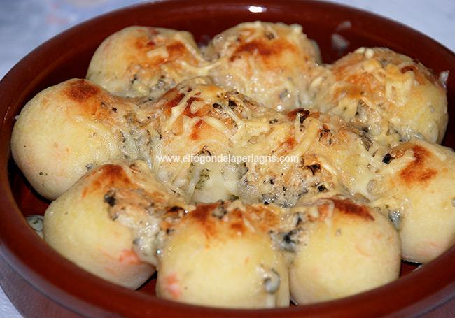 Bolas de patata con salmón y queso azul gratinadas