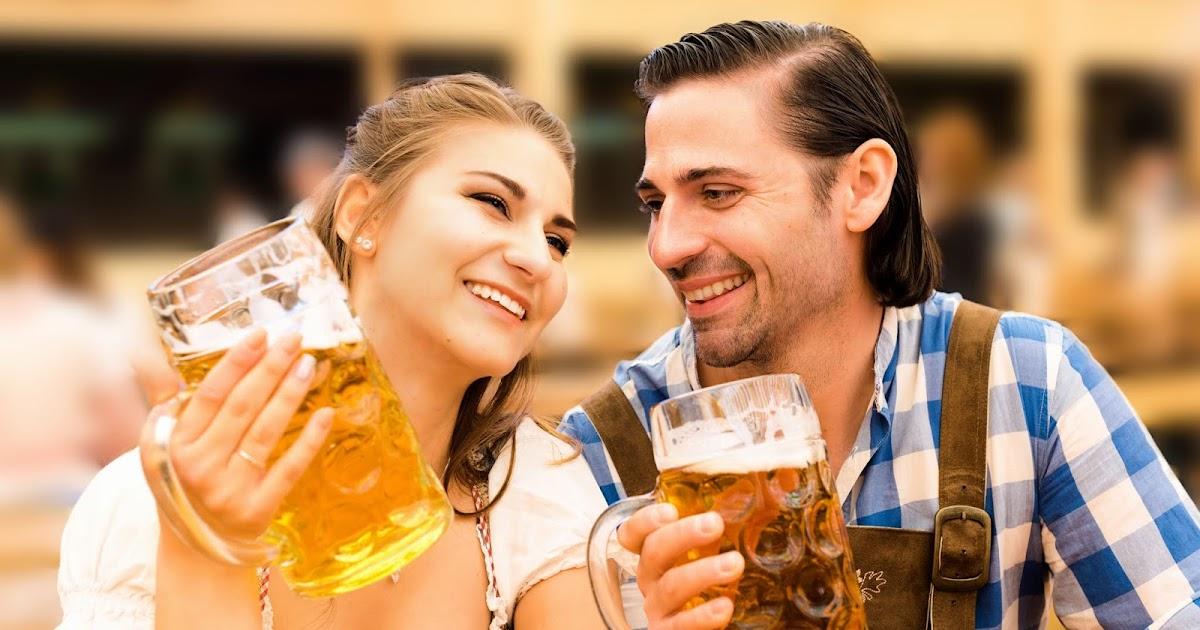 Flirtendes-P-rchen-auf-Oktoberfest-ahnt-noch-nicht-dass-in-37-Minuten-beide-gemeinsam-im-Strahl-kotzen-werden