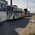 Sindicalistas impedem passagem de ônibus com funcionários da Guararapes no Vale Dourado