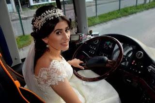 تركية تقود حافلة بثياب الزفاف