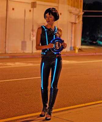 Mujer bonita vestida al estilo Tron Legacy en la vida real.