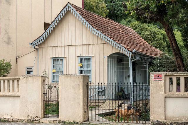 Casa com lambrequins na Visconde de Nácar