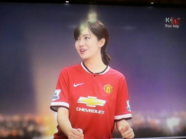 Cùng ngắm vẻ đẹp em gái CĐV đang gây sốt của Man Utd