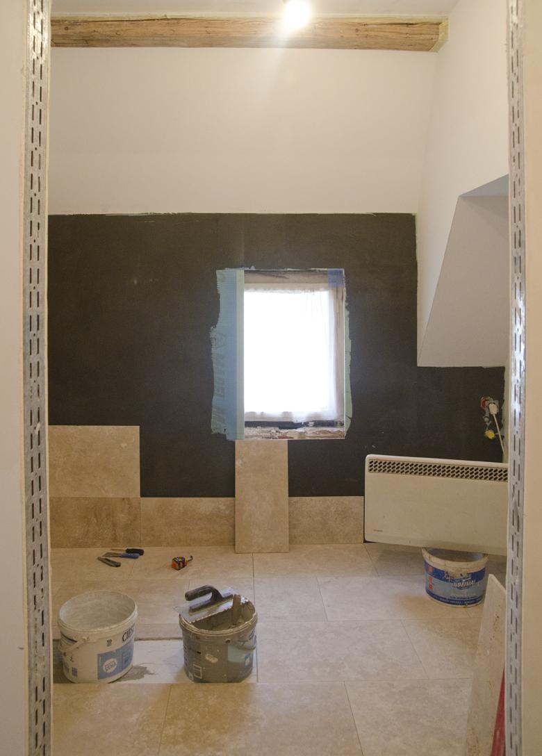 trawertyn w łazience w kamienicy