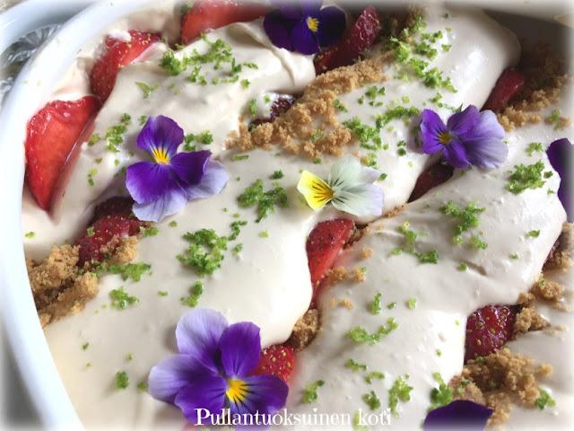 #strawberrytrifle #mansikkatrifle #jälkiruokakulhossa #kulhokakku #mansikka #mansikkaherkku #mansikkajälkiruoka #juhannus #kaurakeksi #kondensoitumaito