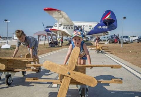 Nosztalgiarepülés és reptérlátogatás az Aeroparkban