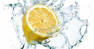 Bere acqua e limone a digiuno al mattino: benefici e effetti
