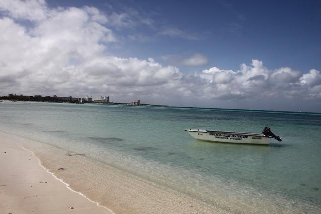 Vista de una playa en la costa de Aruba.