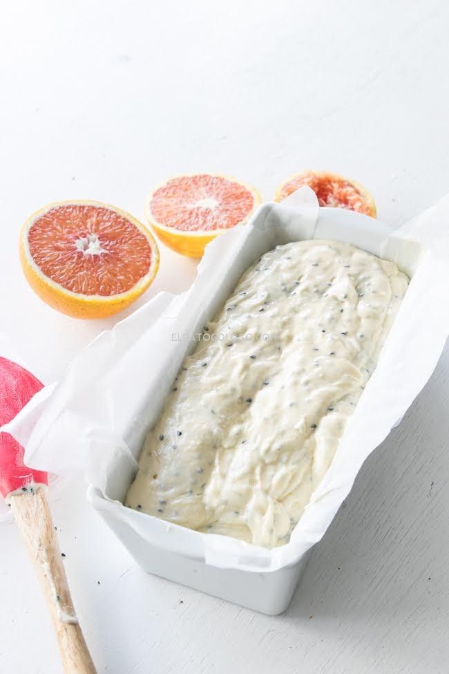Aprende cómo hacer el más lindo cake de naranjas rojas (sanguinas o martinas) con semillas de sésamo negro via www.elgatogoloso.com