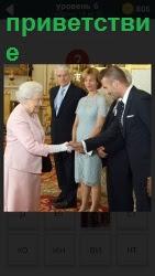 женщина здоровается с мужчиной за руку в качестве приветствия