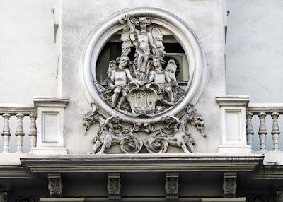en se instal en sus locales la joyera grassy en cuyo stano se encuentra un museo de relojes antiguos que rene la coleccin reunida por el