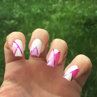 Unghie con filo adesivo: tutorial fai da te di una nail art estiva perfetta per ogni occasione.