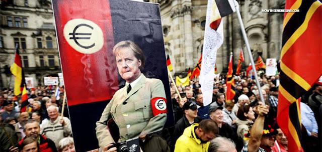 Περισσότερες από 1.000 μηνύσεις για προδοσία κατά της Μέρκελ μετά την προσφυγική κρίση του 2015
