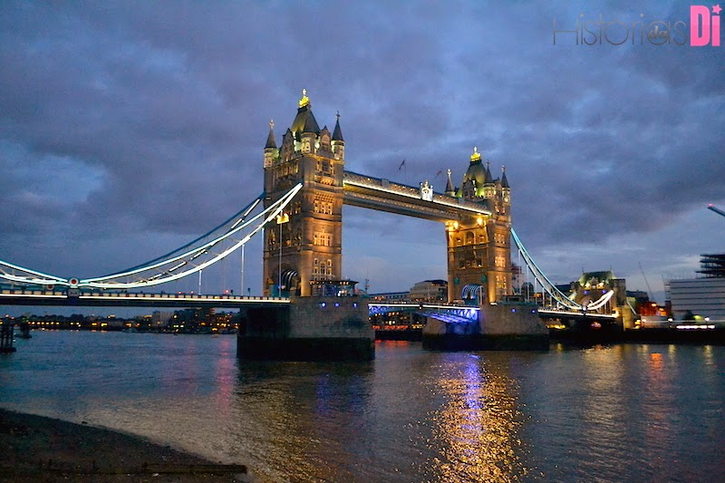 A bela Tower Bridge a noite