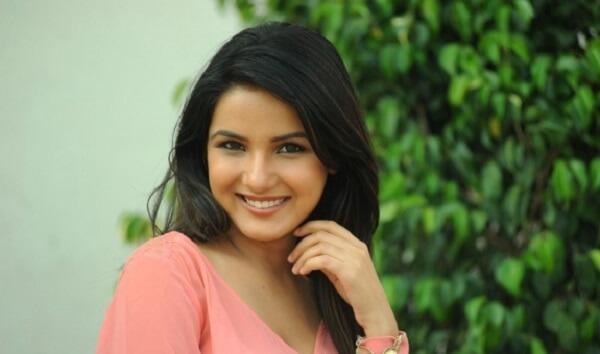 Jasmin Bhasin Wiki & Biography, Age, Weight, Height, Friend