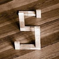 Takozlardan yapılmış S harfi