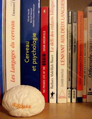 Bücherschrank mit Gehirnmodell