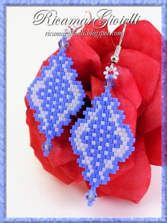 Orecchini in brick stitch realizzati con delica e bicono