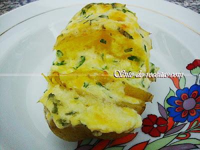 Batatas recheadas com creme três queijos