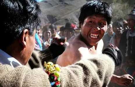 Mengenal Tinku Tradisi Unik Adu Pukul di Bolivia
