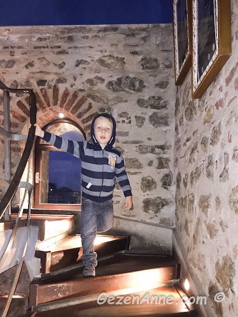 kız kulesi merdivenlerini inen minik prensim
