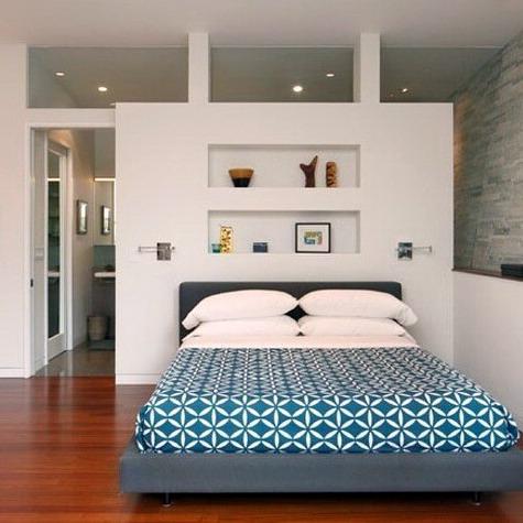 interior kamar tidur backdrop putih modern