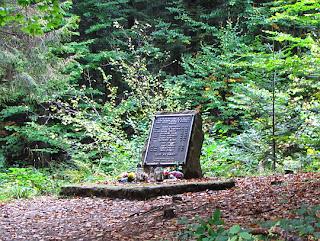 Obelisk upamiętniający katastrofę śmigłowca w 1991 roku.