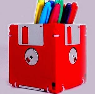 http://www.manualidadeson.com/lapicero-con-disquetes-de-informatica.html
