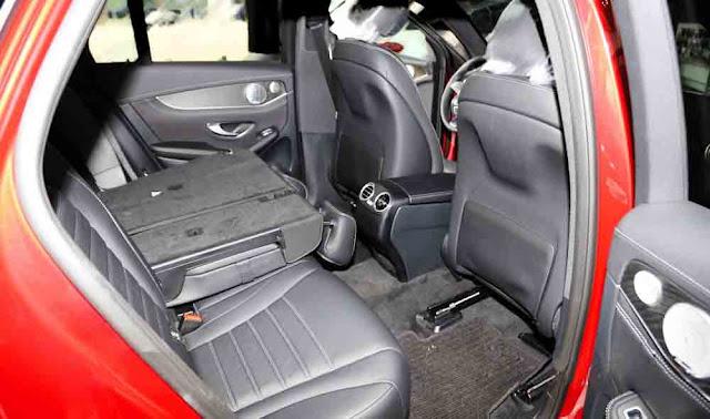 Băng sau Mercedes GLC 300 4MATIC 2017 thiết kế rộng rãi và thoải mái.