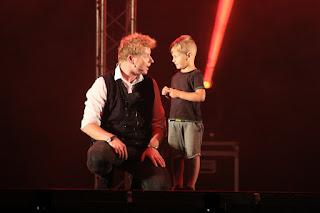 El mago Yunke con un niño del público de Barakaldo