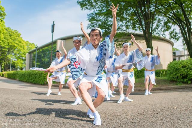 男踊りによる吹鼓連の舞台構成の振り付けを紅連が踊っている写真
