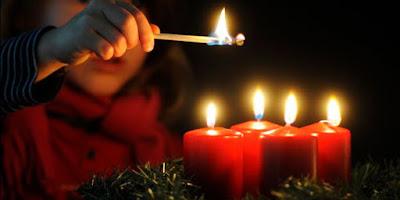 imagem da coroa do advento com as 4 velas acessas