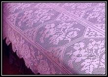 Ajurnoe pokrivalo svyazannoe kryuchkom v fileinoi tehnike so shemoi vyazaniya (1)