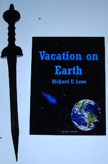 Portada del libro Vacation on Earth, de Richard E. Lowe