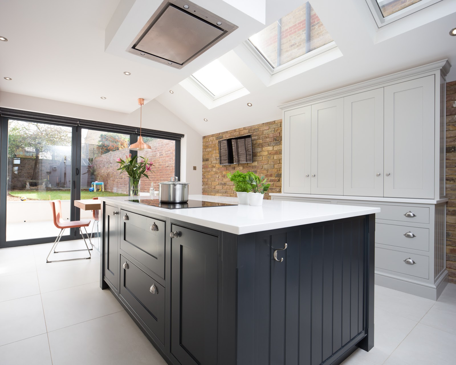 Maple & Gray: Pale grey and charcoal kitchen