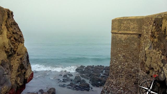mar entre niebla