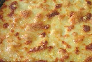 Imagem do frango desfiado com creme de milho dourado após assar