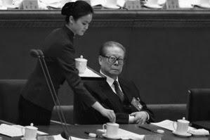 (上图)2012年 11月8日上午,江泽民被人搀扶着出现在中共十八大开幕式上。年迈的江泽民好色本性不改,仍双眼紧盯美女服务员, 照片再成国际笑话。