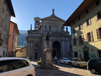 The statue of Vistallo Zignoni faces the church that contains the hold relic he won in battle.