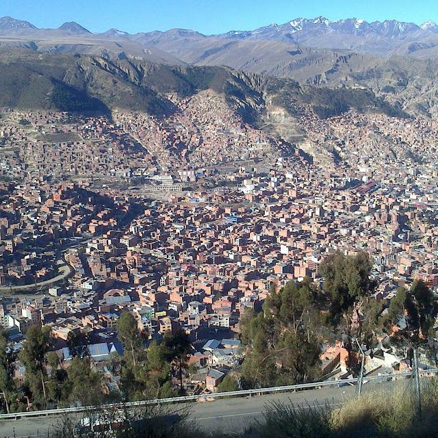Blick von der Oberstadt,die auf 4.050 Mtern Höhe liegt,auf La Paz, das auf etwa 3.700 Metern angesiedelt ist