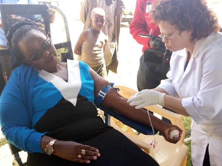 Kenyan woman donating blood