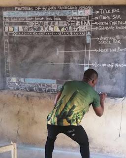 profesor africano que enseñaba word sin computadora en el pizarrón