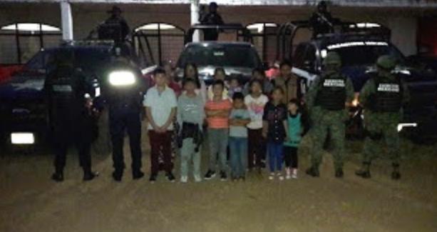 Militares y Policias salvan a 8 niños y 5 mujeres de ser incinerados en Michoacán